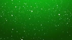 Neve di caduta sopra il fondo di ciclaggio verde di Natale video d archivio