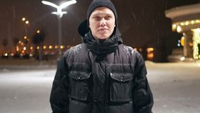 Neve di camminata della città della gente archivi video