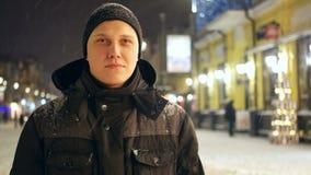 Neve di camminata della città della gente stock footage