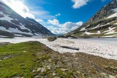 Neve di fusione ad elevata altitudine nelle alpi Fotografie Stock Libere da Diritti