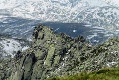 Neve di fusione nelle montagne di primavera Immagine Stock