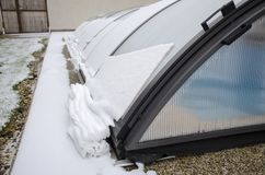 Neve di fusione sul tetto dello stagno che va giù fotografie stock libere da diritti