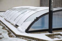 Neve di fusione sul tetto dello stagno che va giù fotografia stock libera da diritti