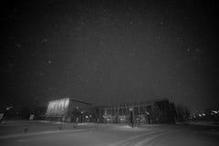 Neve di inverno che cade nel parcheggio della chiesa Immagine Stock