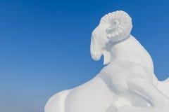 Neve di inverno e scultura di ghiaccio - pecora Immagine Stock