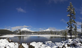 Neve di inverno a panorama del cielo blu del lago sparks Fotografie Stock Libere da Diritti