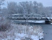 Neve di inverno sul ponte del metallo sopra il fiume dell'orso Fotografia Stock Libera da Diritti
