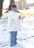 Neve di lancio del bambino della ragazza Fotografia Stock Libera da Diritti