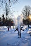 Neve di lancio dell'uomo nell'aria immagine stock