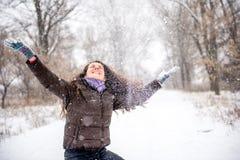 Neve di lancio della giovane donna Fotografia Stock