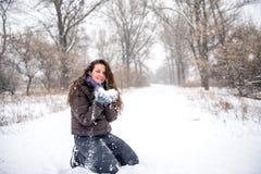 Neve di lancio della giovane donna Immagine Stock Libera da Diritti