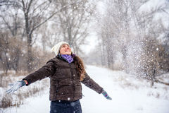 Neve di lancio della giovane donna Fotografia Stock Libera da Diritti