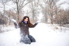Neve di lancio della giovane donna Immagini Stock