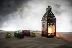 Neve di legno del fondo della lampada della cartolina della natura morta del nuovo anno della candela delle cera-scatole della re fotografie stock