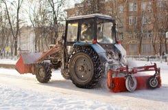 Neve di pulizia del trattore Immagini Stock Libere da Diritti