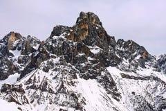 Neve di punta superiore della montagna rocciosa Fotografia Stock Libera da Diritti