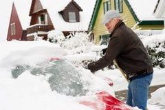 Neve di rimozione dall'automobile Fotografia Stock