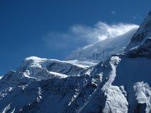 Neve di salto del forte vento sopra una cresta di Annapurna Immagine Stock Libera da Diritti