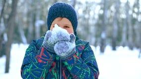 Neve di salto dell'adolescente dalle sue mani archivi video