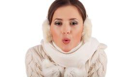 Neve di salto della bella ragazza fotografia stock