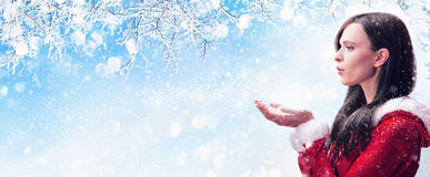 Neve di salto della donna di inverno Fotografia Stock