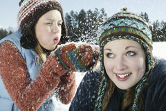 Neve di salto della ragazza allegra sul suo amico Fotografia Stock Libera da Diritti