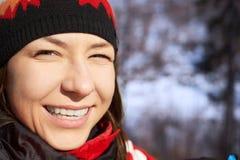 Neve di salto della ragazza di inverno di bellezza nel parco gelido di inverno immagine stock libera da diritti