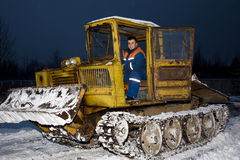 Neve di schiarimento del trattore alla notte Immagini Stock Libere da Diritti