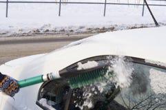 Neve di spazzolatura dalla carrozzeria Fotografie Stock Libere da Diritti