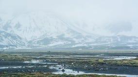 Neve do mau tempo de Islândia e fundo do mountaitn da névoa, MOS verde foto de stock