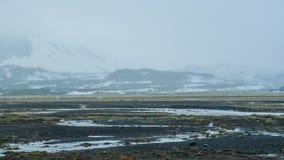 Neve do mau tempo de Islândia e fundo do mountaitn da névoa, MOS verde imagem de stock