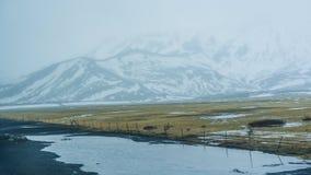 Neve do mau tempo de Islândia e fundo do mountaitn da névoa, MOS verde imagens de stock royalty free