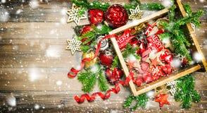Neve do vintage dos ramos de pinheiro dos ornamento das decorações do Natal Foto de Stock