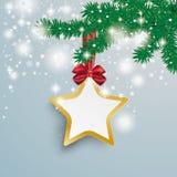 A neve dourada grande da estrela ilumina o ramo vermelho do abeto da fita Fotografia de Stock