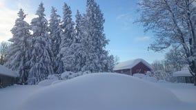 Neve e céu azul com nuvens e vara Foto de Stock Royalty Free