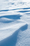 Neve e cielo blu con le nubi ed il bastone Immagini Stock
