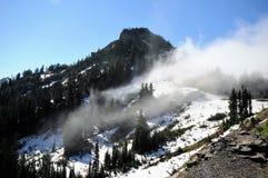 Neve e cima esile della montagna dell'annuvolamento Fotografie Stock Libere da Diritti