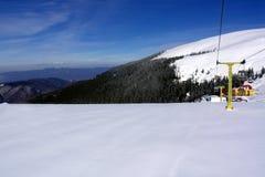 Neve e e céu Fotografia de Stock Royalty Free