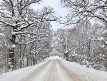 Neve e gelo na estrada em Bulgária durante o inverno Fotos de Stock Royalty Free