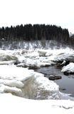 Neve e gelo que derretem no rio na mola Imagens de Stock