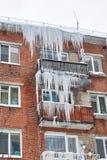 Neve e ghiaccio sui tetti Immagini Stock
