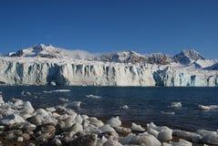 Neve e mar em consoles de svalbard imagens de stock royalty free