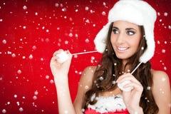 Neve e mulher de Santa no chapéu peludo branco Fotos de Stock