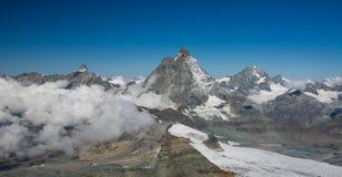 Neve e nuvole nelle alpi svizzere Immagini Stock