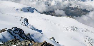 Neve e nuvole nelle alpi svizzere Fotografia Stock Libera da Diritti