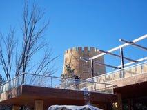 Neve eliminante da una costruzione insolita immagini stock libere da diritti