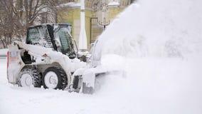 Neve-eliminazione dell'automobile Rimozione di neve dopo precipitazioni nevose nel parco della città video d archivio
