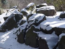 Neve em rochas Fotografia de Stock Royalty Free