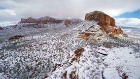 Neve em rochas vermelhas video estoque