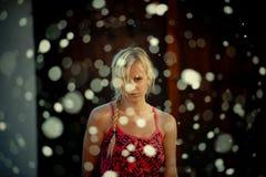 Neve em torno da mulher no vestido Imagens de Stock Royalty Free